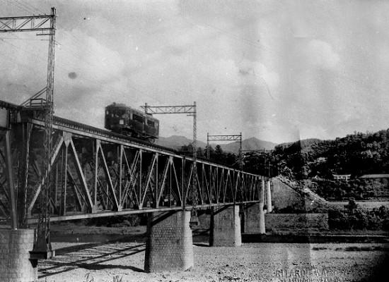 鉄橋を渡る電車