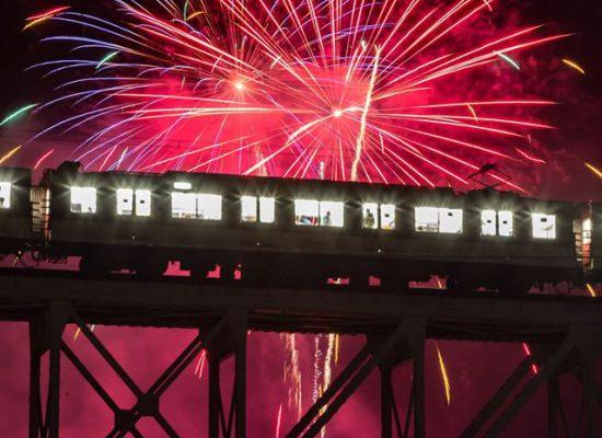 川からの花火列車